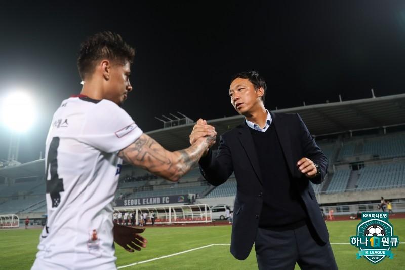프로축구 광주 박진섭 감독은 14일 경기에도 두꺼운 남색 정장에 셔츠 위에는 스웨터까지 착용했다. [사진 프로축구연맹]