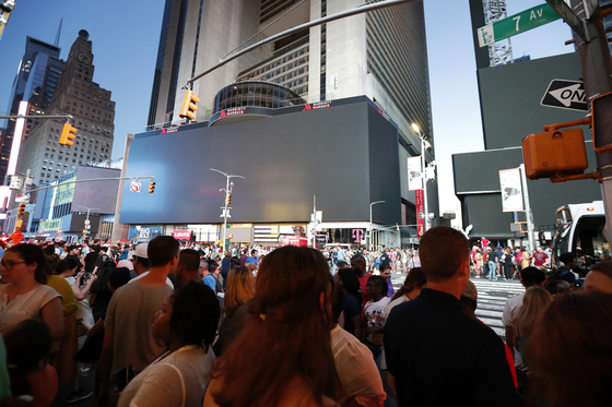 13일(현지시간) 미국 뉴욕에서 발생한 대규모 정전사태로 타임스퀘어 광장 광고판이 꺼졌다. [AP=연합뉴스]