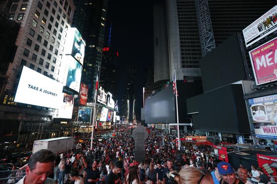 13일(현지시간) 미국 뉴욕에서 발생한 대규모 정전으로 맨해튼 광고판이 꺼져 있다.[AP=연합뉴스]