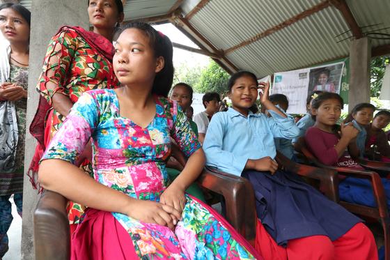 16일 오전 네팔 치트완 틴도반학교에 장학금수여식이 열리고 있다. 이날 장학금을 받은 사비타 체팡(왼쪽)과 여학생들이 행사장에 앉아 있다.. 최승식 기자