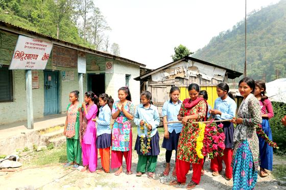 16일 헤퍼 장학금수여식이 열린 네팔 치트완 틴도반학교에 장학금을 받은 체팡족 소녀들이 한국청소년들을 기다리고 있다. 최승식 기자