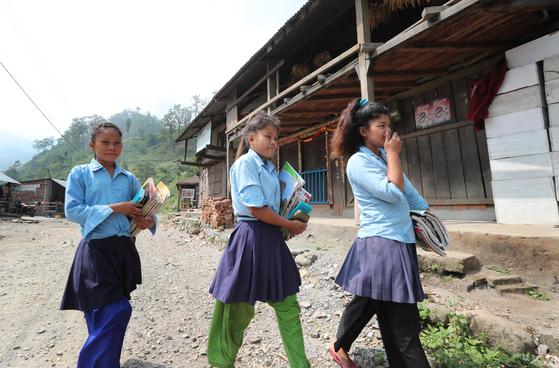 16일 오전 치트완 틴도반학생들이 학교로 등교하고 있다. 네팔은 일요일에도 10시부터 정상수업을 한다. 최승식 기자