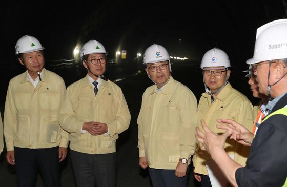 지난 11일 오후 보령해저터널을 방문한 양승조 충남지사(왼쪽 둘째)가 시공사 관계자로부터 설명을 듣고 있다. 국내 최장인 보령해저터널은 2021년 말 개통 예정이다. [사진 충남도]