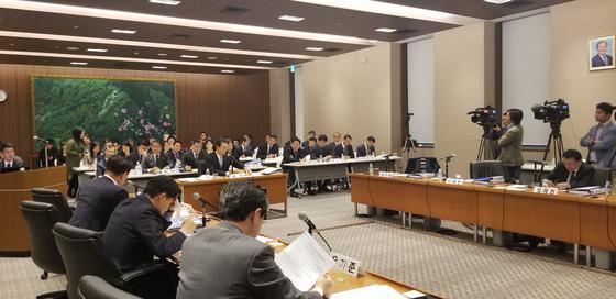 지난해 10월 일본 도쿄 한국대사관에서 진행된 국정감사에서는 위안부 합의 문제와 관련해 C 경제공사의 실명이 거론됐다. [사진 윤설영 특파원]