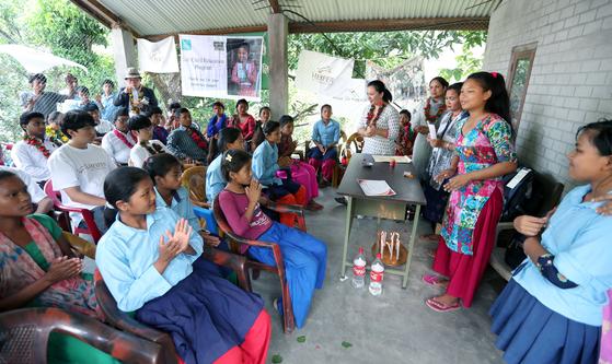 16일 장학금 수여식이 열린 네팔 치트완 틴도반학교에서 장학금을 받는 사비타 체팡(16,오른쪽 둘째)이 소감을 발표하고 있다. 최승식 기자