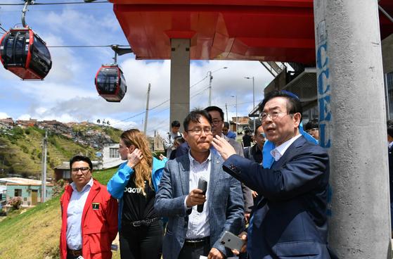 박원순 시장은 13일(현지시간) 콜롬비아의 수도 보고타 남부 시유다드 볼리바르(Ciudad Bolivar)에 대중교통 수단으로 설치된 케이블카인 '트랜스미케이블' 정책 현장을 방문했다. [사진 서울시]