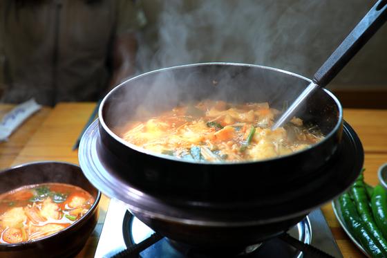 오대산국립공원 인근에서 맛 볼 수 있는 꾹저구탕. 추어탕과 비슷한 맛이다. 가격은 2인 기준 1만8000~2만원. [사진 국립공원공단]