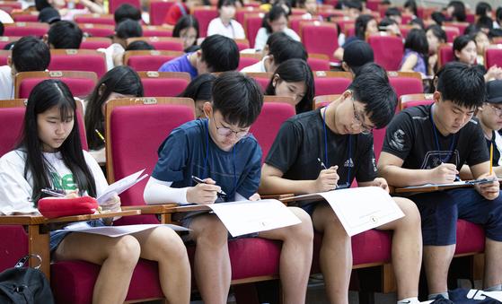 중앙학생시조백일장 본심에서 학생들이 시제에 맞춰 시조 짓기를 하고 있다. [권혁재 사진전문기자]