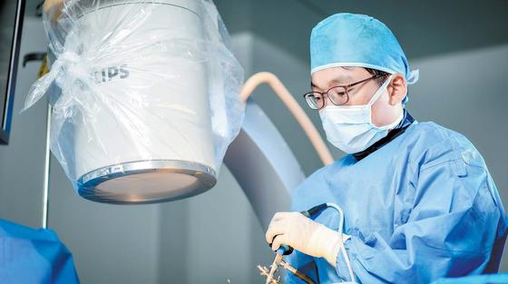[건강한 가족] 나사못 안 박는 척추 내시경 치료, 목·허리 통증 확 줄이죠