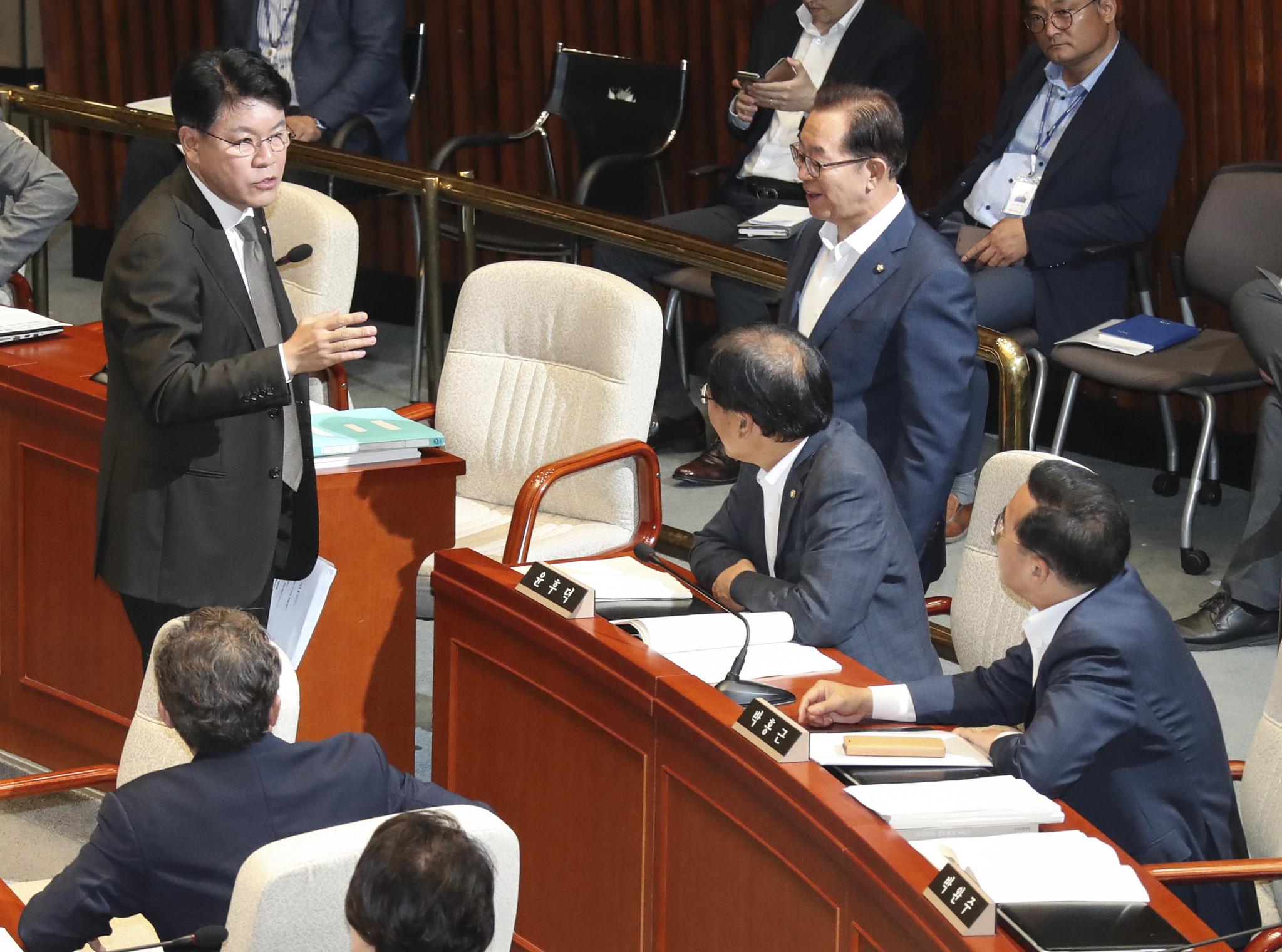 장제원 자유한국당 의원(왼쪽)이 회의장을 나가며 민주당 윤후덕 간사, 박홍근 의원(오른쪽)과 설전을 벌이고 있다.  임현동 기자