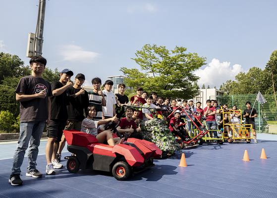 미래자동차 해커톤에 참여한 학생들이 직접만든 차량 앞에서 기념촬영을 하고있다.