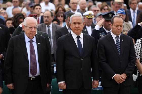 레우벤 리블린 이스라엘 대통령(왼쪽)이 베냐민 네타냐후 총리(가운데), 니르 바르캇 전 예루살렘 시장(오른족)과 함께 지난 5월 2일 예루살렘의 홀로코스트 박물관에서 열린 홀로코스트 추념일 행사에 참석하고 있다. [EPA=연합뉴스])