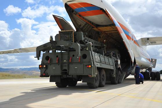 지난 12일 러시아 화물기에서 S-400 미사일 부품이 터키 공항에 하역되는 모습.[EPA=연합뉴스]