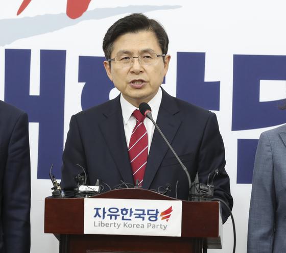 황교안 자유한국당 대표가 15일 오전 국회에서 기자회견을 하고 있다. 임현동 기자
