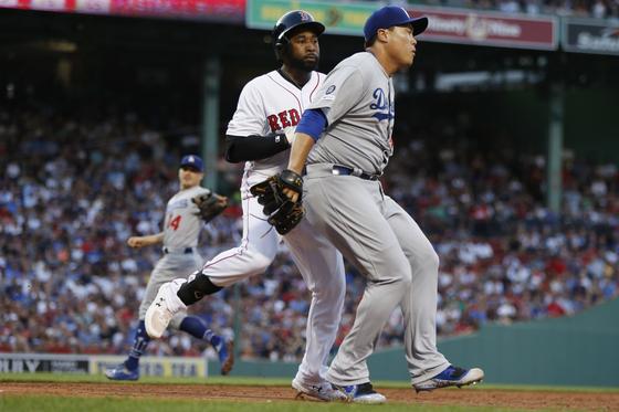 15일 보스턴 원정경기에서 1회 말 2다사 만루에서 재키 브래들리 주니어를 땅볼을 유도한 후, 1루로 들어가 태그아웃하고 있다. [AP=연합뉴스]