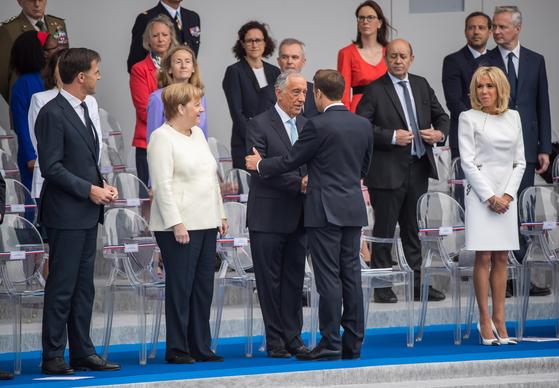 마크롱 대통령(뒷모습)이 14일 기념식에 참석한 각국 정상들과 인사하고 있다. 왼쪽 둘째는 메르켈 독일 총리. [EPA=연합뉴스]