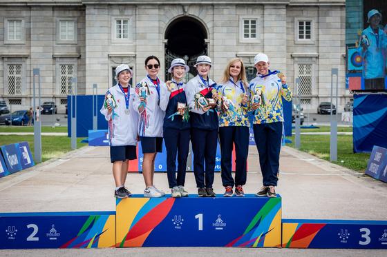 2019 나폴리 유니버시아드에서 양궁 여자 리커브 단체 금메달을 딴 최미선(왼쪽 셋째)과 강채영(오른쪽 셋재). [사진 대한체육회]