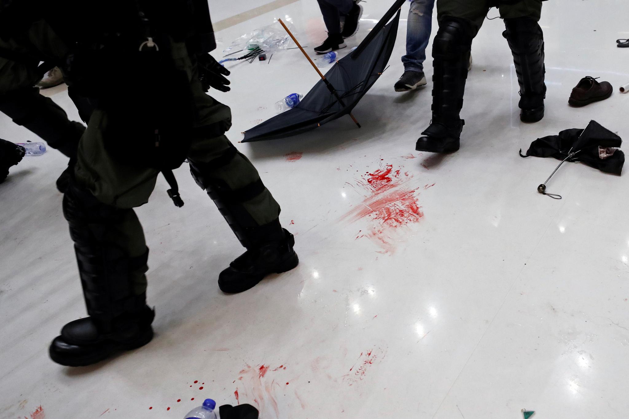 이날 충돌이 발생한 쇼핑몰 바닥에 핏자국이 선명하다. [로이터=연합뉴스]
