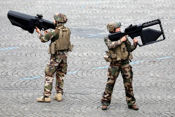 프랑스 육군병사들이 14일 드론을 잡을 수 있는 드론총을 들고 있다.[로이터=연합뉴스]