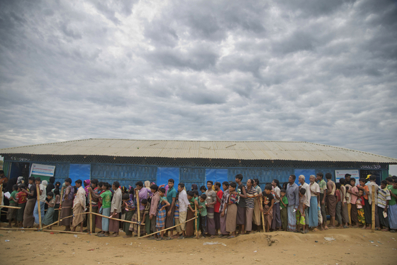 방글라데시 쿠투팔롱 난민 캠프의 로힝야족 사람들이 2017년 11월 15일 구호품을 받기 위해 줄을 서서 기다리고 있다. [AP=연합뉴스]