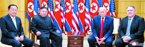 6월30일 오후 판문점 자유의 집에서 도널드 트럼프 미국 대통령과 북한 김정은 국무위원장이 포즈를 취하고 있다. 왼쪽부터 이용호 북한 외무상, 김정은 국무위원장, 트럼프 대통령, 마이크 폼페이오 미국 국무장관. [연합뉴스]