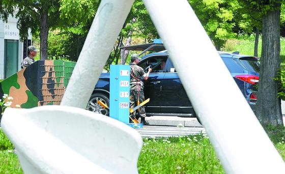 거동수상자에 대한 허위자수 사건이 발생한 평택 해군 2함대사령부 정문에서 지난 12일 부대 관계자가 출입 차량을 검문하고 있다. [연합뉴스]