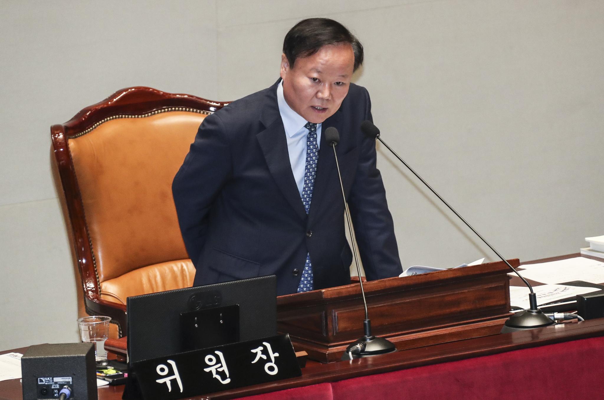 김재원 예산결산위원장이 15일 국회 예결위장에서 열린 전체회의에서 발언하고 있다. 임현동 기자