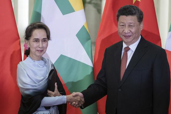 지난 4월 24일 아웅산 수치 미얀마 국가고문역과 시진핑 중국 국가주석이 베이징 인민대회당에서 정상회담에 앞서 악수하고 있다. [AP=연합뉴스]