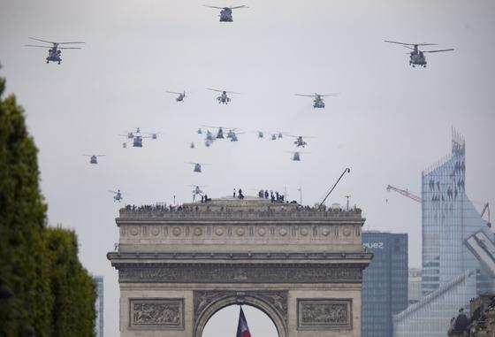 기념식에 참가한 헬기들이 14일 파리 도심을 비행하고 있다.[EPA=연합뉴스]