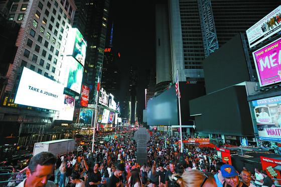 13일(현지시간) 저녁 미국 뉴욕 맨해튼에서 대규모 정전 사태가 발생해 유명 관광지인 타임스스퀘어 전광판의 조명이 모두 꺼져 있다. 이 날 정전으로 7만 3000여 가구가 3~4시간 동안 큰 불편을 겪었다. 진행중이던 공연이 중간에 취소되거나 지하철 운행이 한때 중단되는 등 극심한 혼란이 빚어졌다. [AP=연합뉴스]