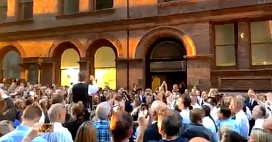 13일 뉴욕에서 대정전이 일어나자 카네기홀 연주자들이 즉석에서 길거리 공연을 열었다. [트위터 @Ponce'sPoint 영상 캡처]