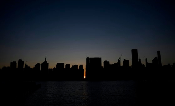 대규모 정전으로 어둠이 내린 미국 뉴욕의 모습. [AFP=연합뉴스]