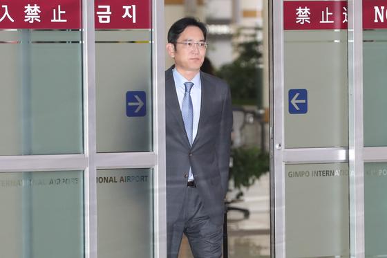 일본 출장을 갔던 이재용 삼성전자 부회장이 지난 12일 김포공항을 통해 입국하고 있다. 이 부회장은 이번 출장에서 3개 핵심 소재의 '긴급 물량'을 확보한 것으로 알려졌다. [뉴스1]