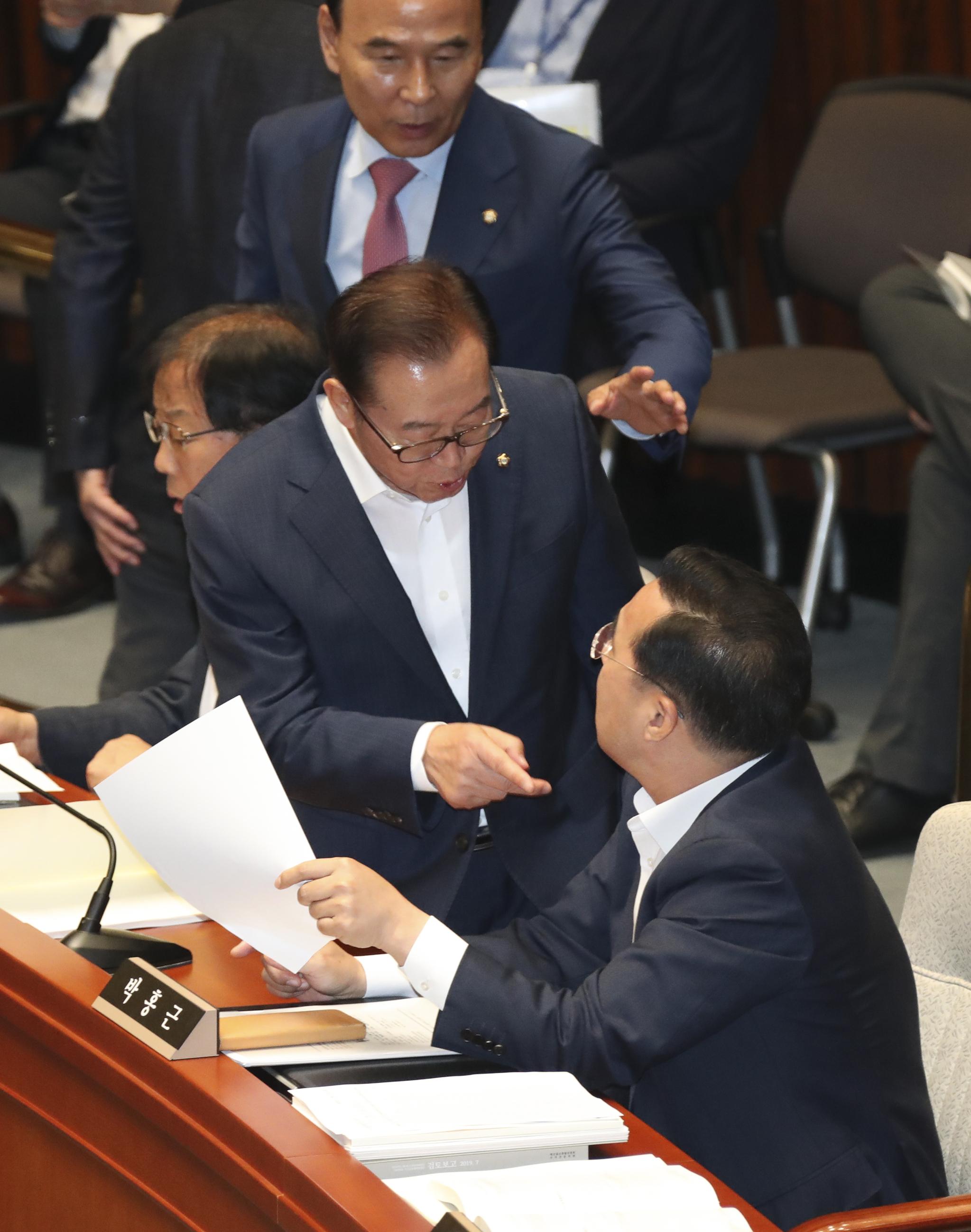 이종배 한국당 간사(가우데)가 박홍근 의원과 설전을 벌이고 있다.  임현동 기자