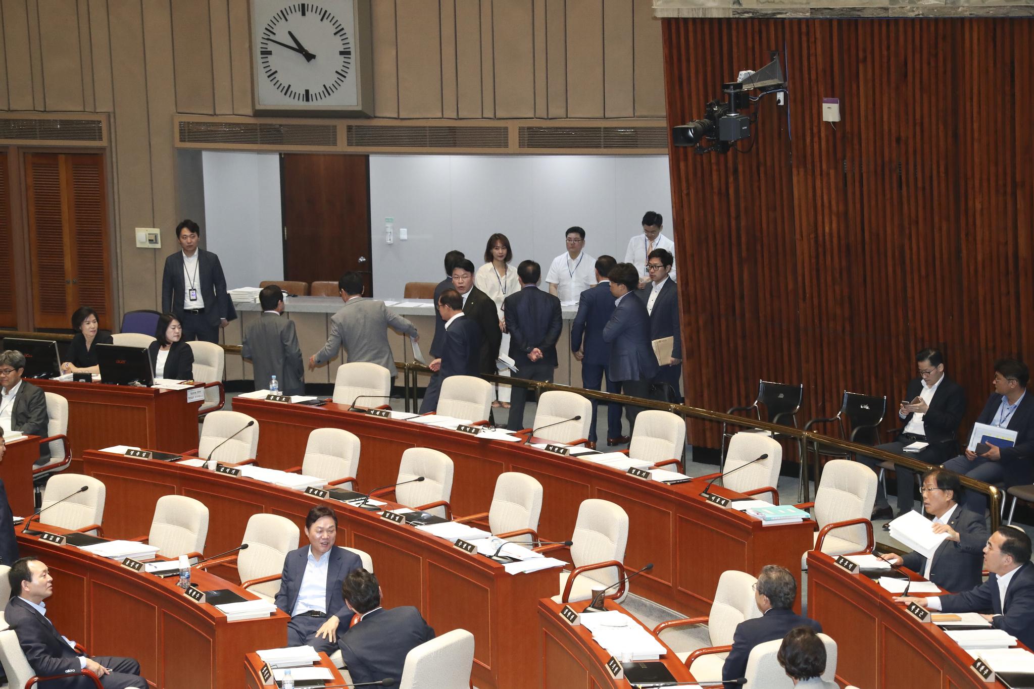 자유한국당 의원들이 퇴장하고 있다.  임현동 기자