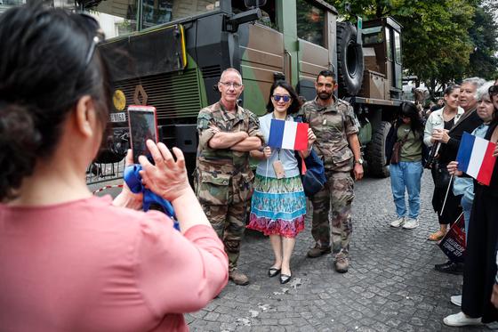 프랑스 군인들과 시민들이 14일 샹젤리제 거리에서 기념사진을 찍고 있다.[AFP=연합뉴스]