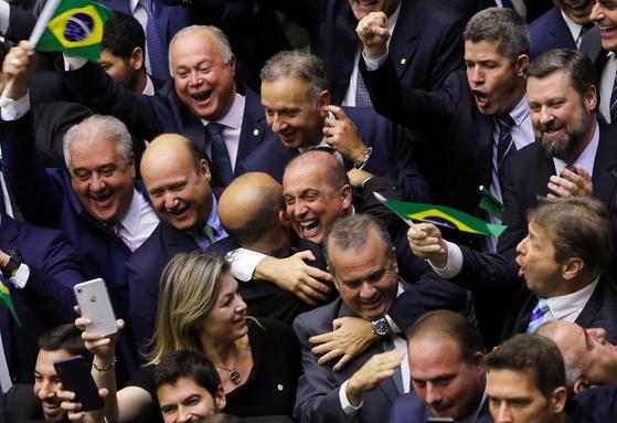 지난 10일 브라질 하원에서 연금개혁안이 통과된 뒤 여당계 의원들이 기뻐하고 있다. [로이터=연합뉴스]