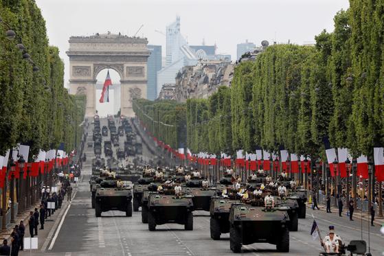 프랑스 장갑차량이 14일 파리 샹젤리제 거리를 지나고 있다.[로이터=연합뉴스]
