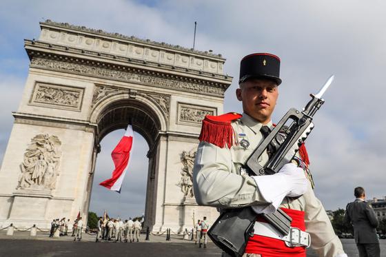 한 프랑스 군인이 14일 기념식 전 개선문 앞에 서 있다.[AFP=연합뉴스]