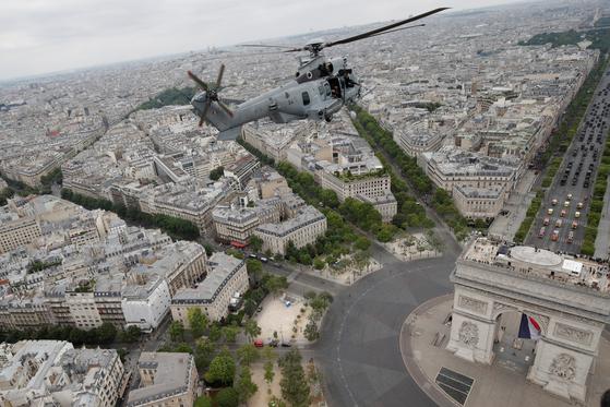 한 프랑스 육군 헬기가 14일 파리 개선문 위를 비행하고 있다.[로이터=연합뉴스]