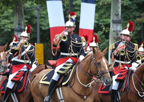 프랑스 기병대가 14일 기념행사에서 파리거리를 행진하고 있다.[AFP=연합뉴스]