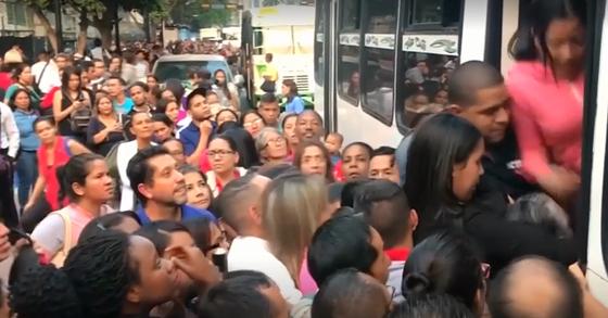 지난 3월 대규모 정전이 일어난 베네수엘라. 지하철 운행이 중단되자 버스를 이용하려는 승객들이 몰렸다. [로이터=연합뉴스]
