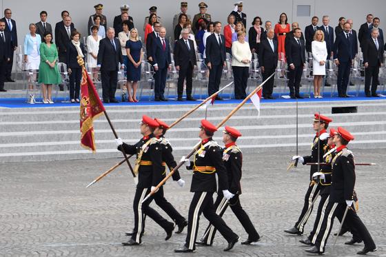 기념식에 참가한 스페인 군인들이 14일 각국 정상들 앞으로 행진하고 있다.[AFP=연합뉴스]