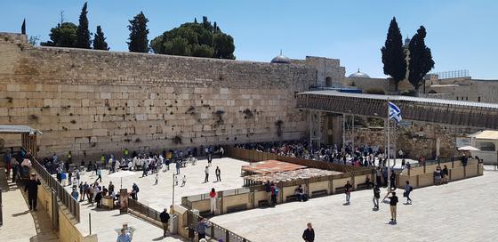 역사의 현장인 예루살렘 구시가지 '통곡의 벽'. 벽돌 틈에 종이쪽지를 넣고 기도하는 유대인으로 늘 붐빈다. 최근 통곡의 벽은 첨단과학으로 거듭났다. 안내소에서 고대 성전을 가상현실(VR)로 체험하고 지하터널에서 고고학 발굴 성과도 확인할 수 있다. 채인택 기자