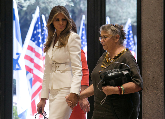 이스라엘 영부인 네하마 리블린 여사(오른쪽)가 2017년 5월 예루살렘을 방문한 도널드 트럼프 대통령의 영부인 멜라니아 여사와 손을 잡고 대통령 관저를 걷고 있다. 폐섬유종을 앓다 지난달 4일 세상을 떠난 리블린 여사는 휴대용 호흡기를 들고 다니면서도 마지막까지 영부인으로의 의무를 다해 국민의 존경과 사랑을 받았다. [로이터=연합뉴스]