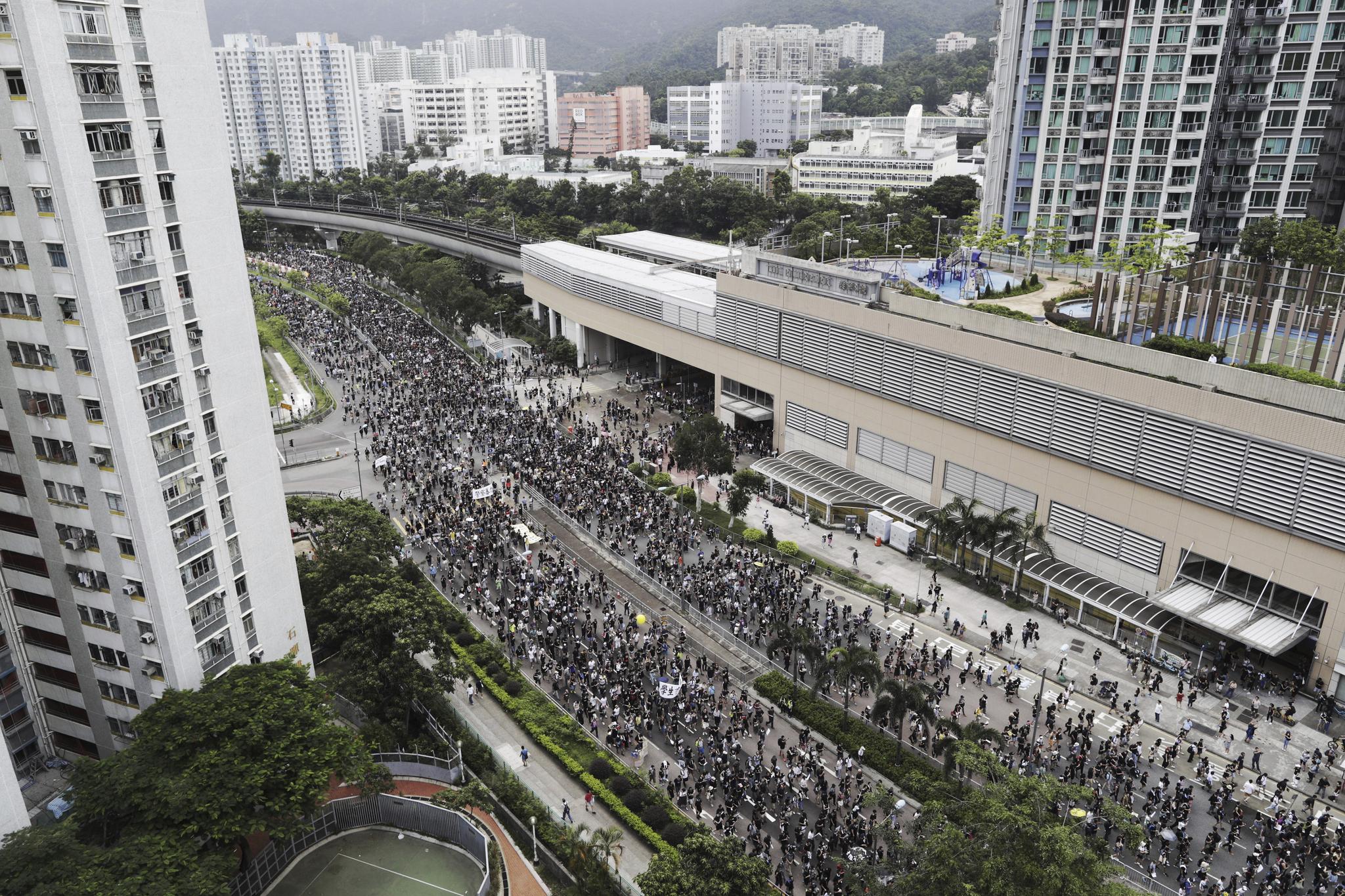 이날 시위대들이 샤텐지역 도로를 행진하고 있다. 이날 시위에는 주최측 추산 11만 5000여명이 참가했다. [AP=연합뉴스]