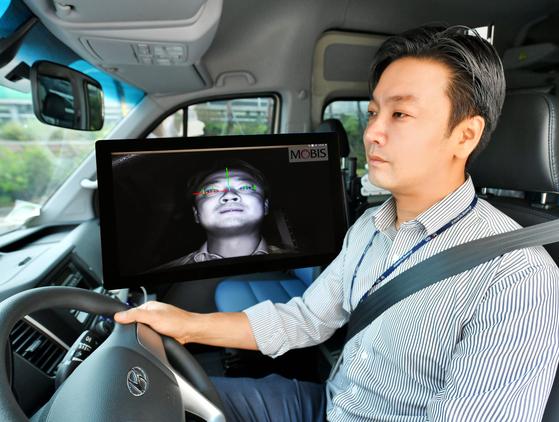 현대모비스 연구원이 운전자 동공추적과 안면인식이 가능한 '운전자 부주의 경보시스템'을 상용차에 적용해 시험하고 있다. [사진 현대모비스]
