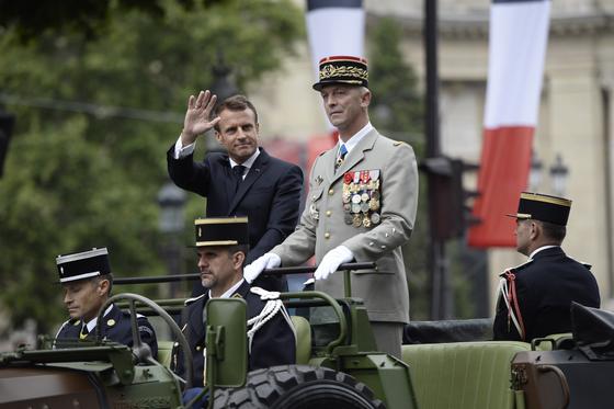 마크롱 프랑스 대통령(왼쪽)이 14일 기념식에 참석해 손을 흔들고 있다.[AP=연합뉴스]