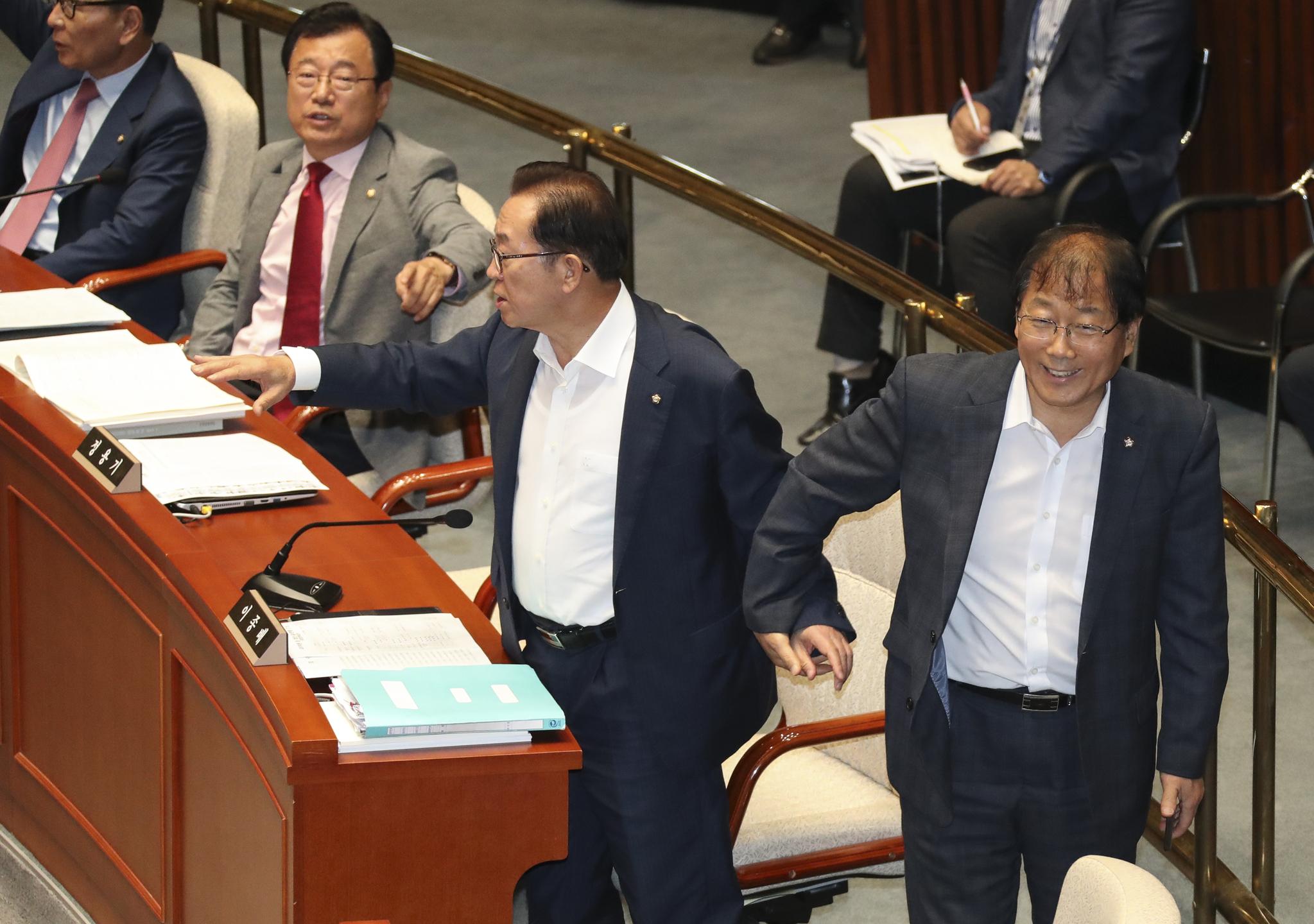 윤후덕 민주당 간사(오른쪽)가 의장에게 항의하는 이종배 자유한국당 간사의 팔을 잡으며 밖으로 나가서 대화할 것을 제의 하고 있다.  임현동 기자