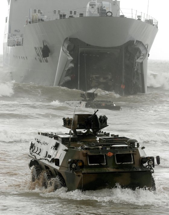 중국인민해방군이 지난 2015년 산둥반도에서 러시아와 함께 상륙훈련을 벌이고 있다. 상륙훈련은 대만에 대한 커다란 위협 훈련으로 여겨지고 있다. [로이터=연합뉴스]